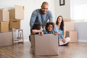 Kinderen in verhuisdoos, gezin verhuizen