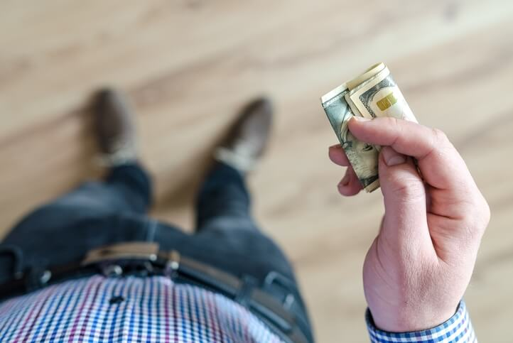 Verhuisdozen aanschaffen 5 tips man met bankbiljetten in hand