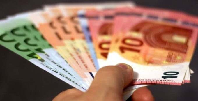 Verhuiskostenvergoeding, close-up hand met briefgeld